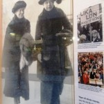 1909 Alla män får rösträtt. 1919 Alla kvinnor får rösträtt. 1921 Första riksdagsvalet hålls där både kvinnor och män har rösträtt.
